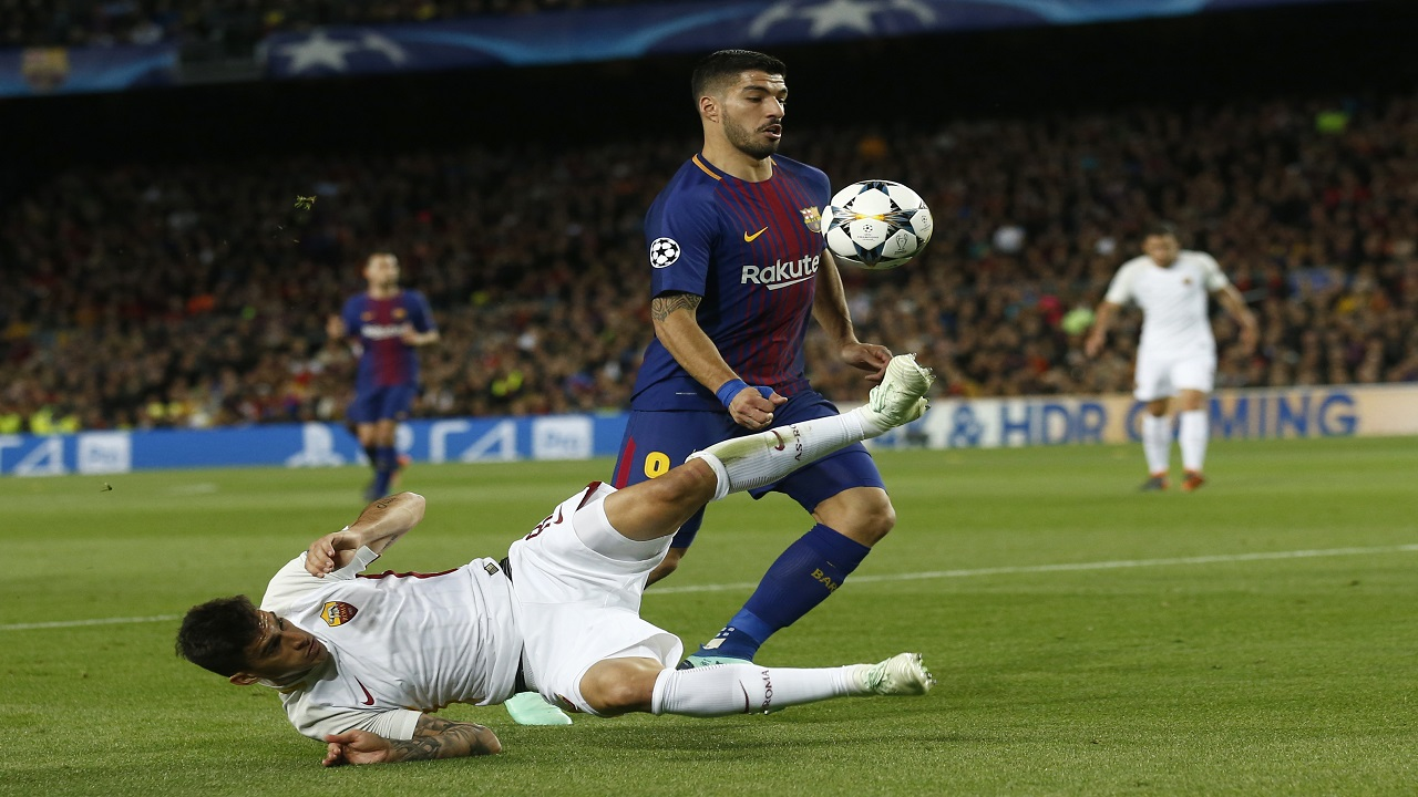 Barcelona's Luis Suarez, right, tries to score as Roma's Alessandro Florenzi tries to stop him during ther Champions League quarter-final, first leg football match at the Camp Nou stadium in Barcelona, Spain, Wednesday, April 4, 2018