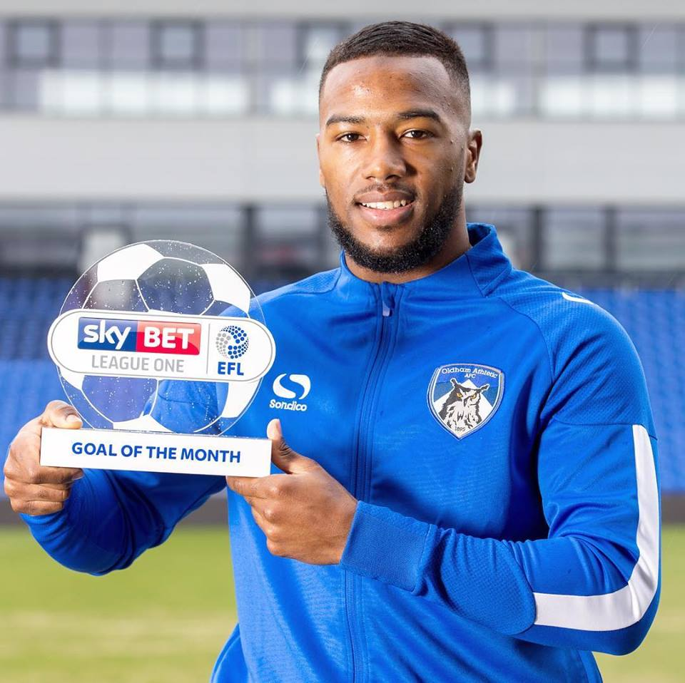 Duckens Nazon, international haïtien affecté à l'équipe Oldham Athletic avec le trophée du plus beau but du mois de février en Angleterre./League One. /Photo : Dukens Nazon (Facebook)