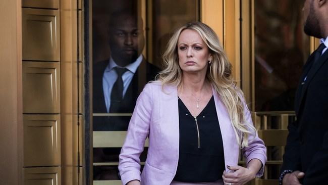 """Ce mercredi, le président américain Donald Trump a attaqué  dans un tweet l'ex-actrice porno Stormy Daniels. """"Une arnaque absolue, qui prend les Médias Bidon pour des Imbéciles (mais ils le savent!)"""", tonne le rpublicain."""