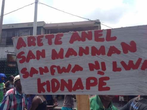 Une pancarte contenant le nom d'Anel, le présumé chef de gang qui serait abattu ce soir aux environs de Portail Léogâne dans un échange de tirs avec la PNH./ Photo: source inconnue.