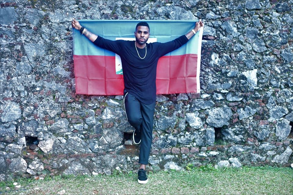 La photo géante de la star mondiale Jason Derulo arborant fièrement le drapeau haïtien, lors de sa tournée dans le Nord du pays. Photo: Ministère du Tourisme d'Haïti