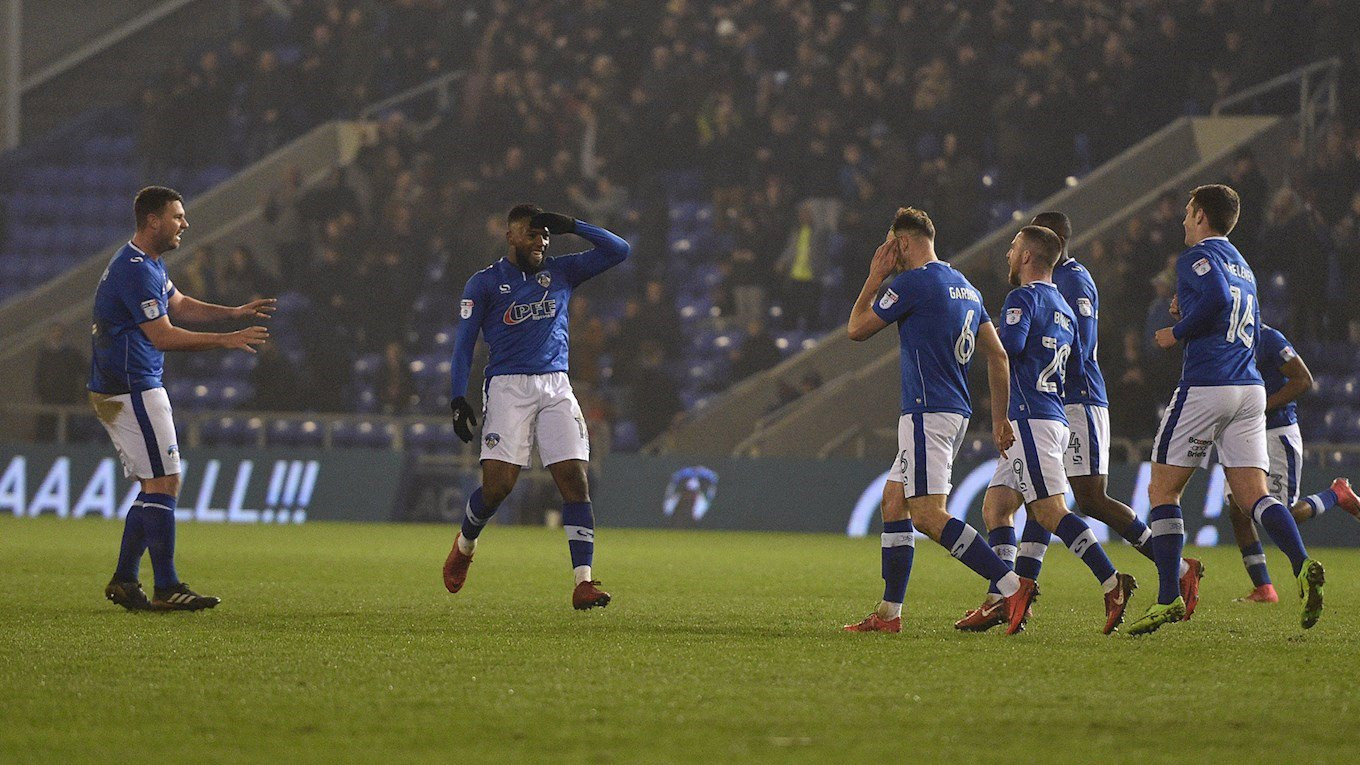 L'Attaquant Haitien celebrant son but. Photo : Oldham Athletic