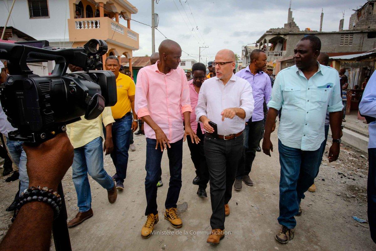 """Le président d'Haïti, Jovenel Moise au coude-à-coude avec l'Ambassadeur du Canada à Port-au-Prince, André Frenette lors d'une visite de terrain effectuée par le diplomate dans le cadre de la """"Caravane du changement"""", 17 mars 2018. Photo : AndreFFrenette (Twitter)"""