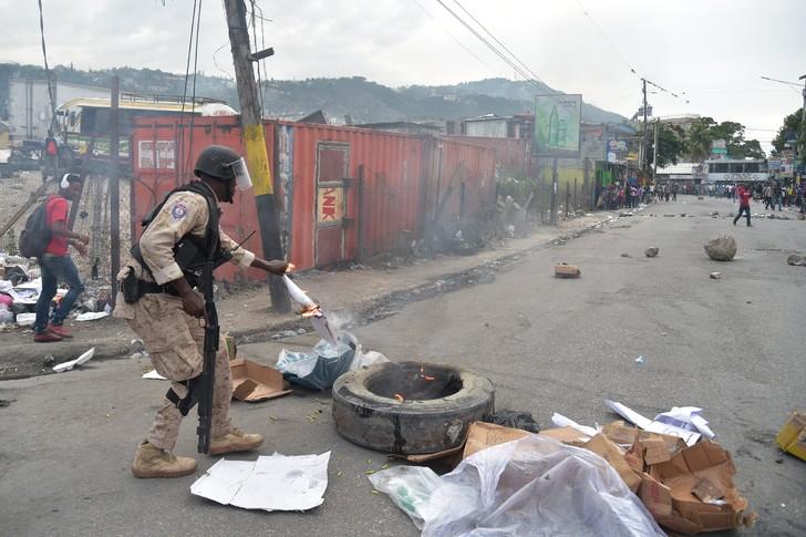 Affrontements entre des policiers et des marchands, le 13 juillet 2017 à Pétion-Ville, en Haïti / AFP