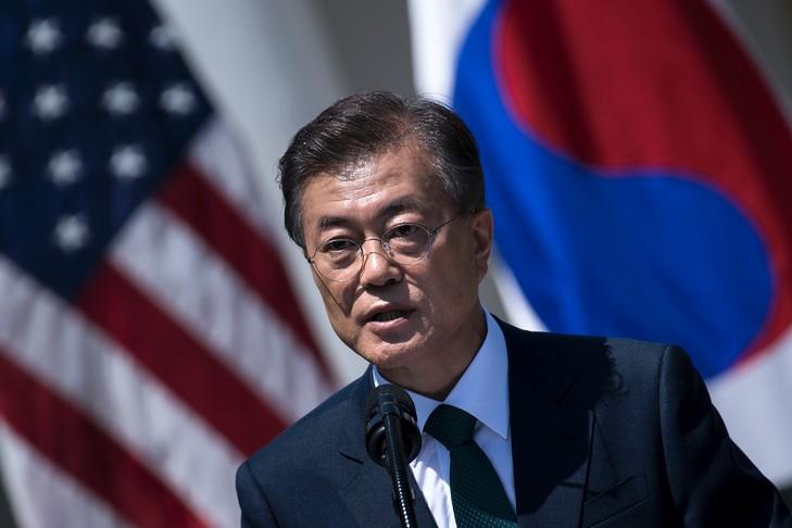 """""""Le président Trump peut avoir le prix Nobel. Tout ce dont nous avons besoin, c'est la paix"""", a répondu le président sud-coréen à la veuve de l'un de ses prédécesseurs, Kim Dae-jung, qui venait de lui adresser un message de félicitations et lui souhaitait de remporter le Nobel. (credit photo : AFP)"""