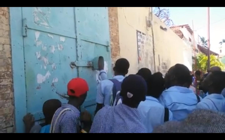 1er mars 2018, des écoliers manifestants ont fermé des bureaux publics lors d'une manifestation. Photo: Guyto Mathieu