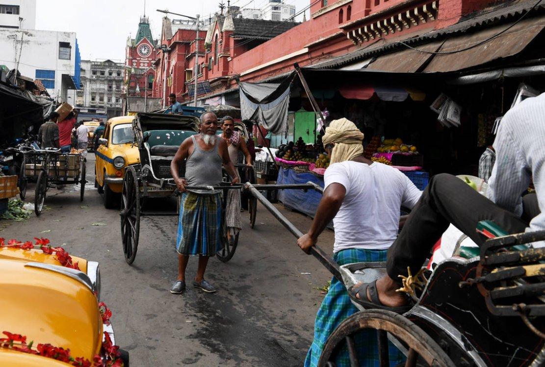 Calcutta est l'une des dernières villes sur Terre où les pousse-pousse constituent des éléments familiers du paysage, même s'ils connaissent là aussi leur crépuscule. (crédit photo : AFP)