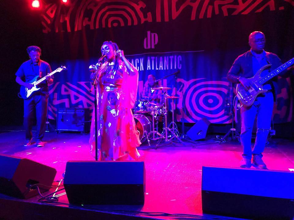 Atis ayisyen Emeline Michel delivre yon veritab pèfòmans nan Motorco Music Hall ki chita nan 723 Rigsbee Avenue, 27 mas 2018./ Foto : Jacques Pierre, otè atik la.