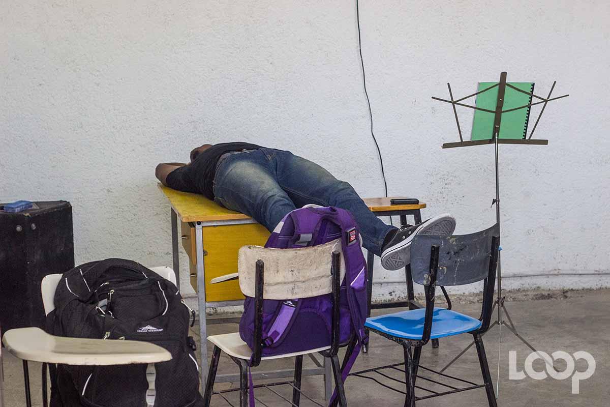 Un étudiant étendu dans la salle de musique de l'ENARTS./ Photo: LoopHaiti