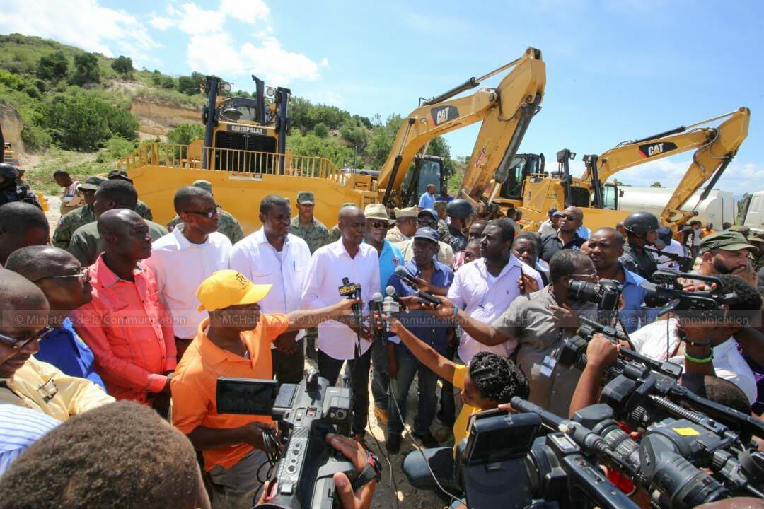 Le président Jovenel Moïse à rivière Blanche hier pour lancer les travaux de correction du lit de ce cour d'eau. (crédit photo : @MCHaiti)