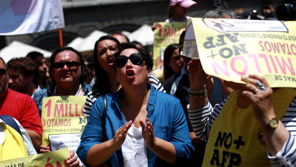 Drapeaux à la main et au son de trompettes et de tambours, les manifestants ont défilé dans le centre de la capitale chilienne pour dénoncer l'actuel système, contrôlé par les Administrateurs de fonds de pensions (AFP), qui verse des retraites d'un montant moyen de 350 dollars par mois. (crédit photo ; AFP)