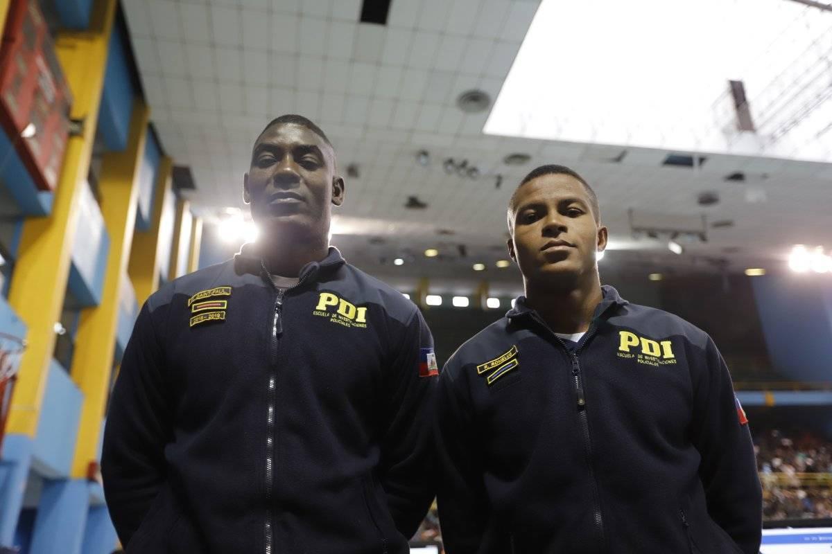 Frantz Saint Paul (27 ans) et Romelus Roovel (23 ans), deux policiers Haïtiens affectés à la Police d'Investigation du Chili (PDI). Photo: Publimetro