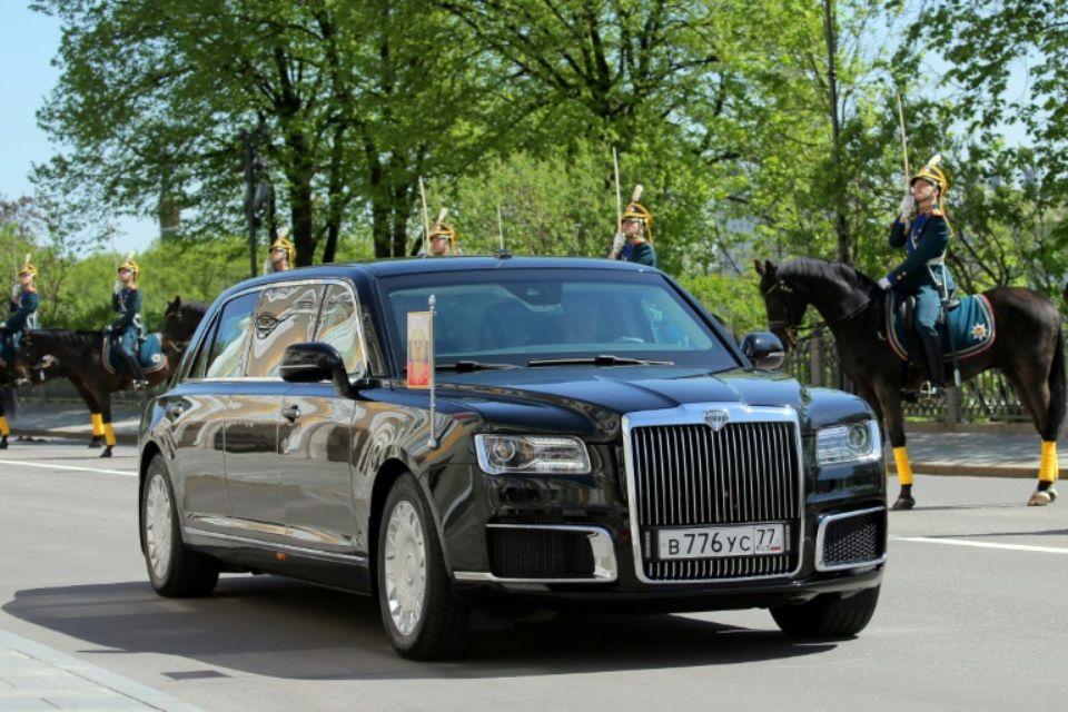 La décision de Vladimir Poutine de rouler dans une voiture de fabrication russe fait écho à la tradition soviétique, lorsque les dirigeants utilisaient exclusivement des véhicules construits en URSS. (crédit photo : AFP)