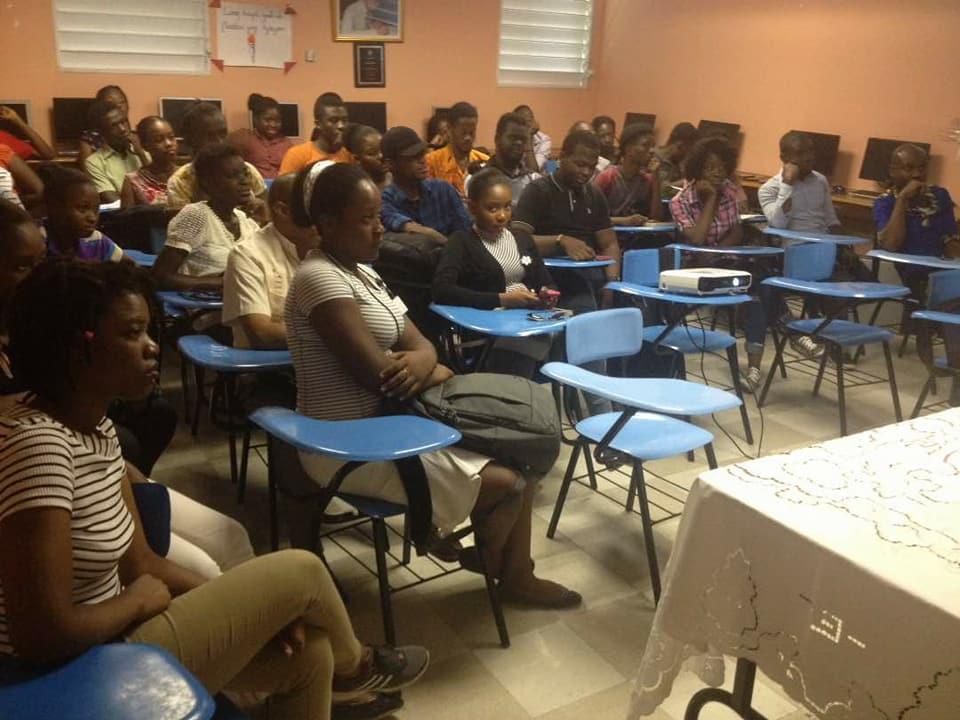 """Une vue de l'assistance au deuxieme jour de la """"Semaine du livre"""" à la Faculté de Linguistique Appliquée (FLA-UEH)./ Photo : Jean Guilbert Bélus (Facebook)"""
