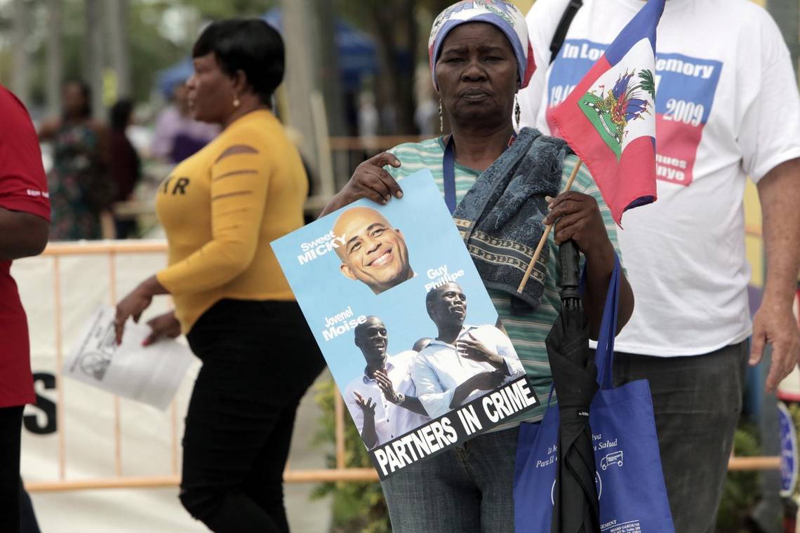 La résidente de longue date de Floride du Sud, Lorpina Brave, proteste contre l'apparition de Michel Martelly lors de la célébration de la Journée du drapeau haïtien au Complexe du Centre culturel Little Haiti, vendredi. Jose A. Iglesias jiglesias@elnuevoherald.com