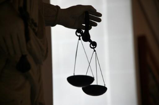 Le juge Peter Hobbs a alors demandé au médecin du prévenu âgé de 72 ans de mesurer son pénis avec une règle en bois dans la cellule du tribunal. (crédit photo : AFP)