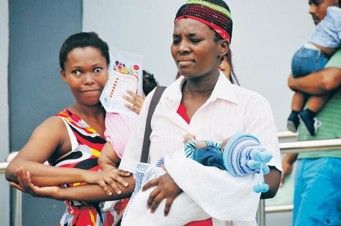 Deux patientes haïtiennes partent avec leurs enfants dans leurs bras après leur accouchement à l'une des deux maternités de Santo Domingo. Photo : Listin Diaro