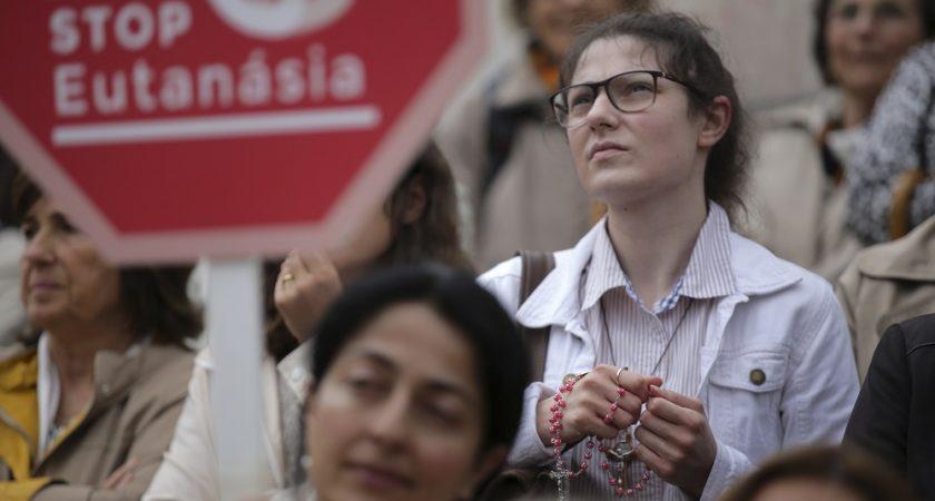 """""""Je pense que cette question a été expédiée un peu trop vite. Il n'y a pas eu de vrai débat public sur cette question"""", a de son côté regretté Ana, une jeune infirmière qui, pendant le débat, priait devant le Parlement. (crédit photo : AFP)"""