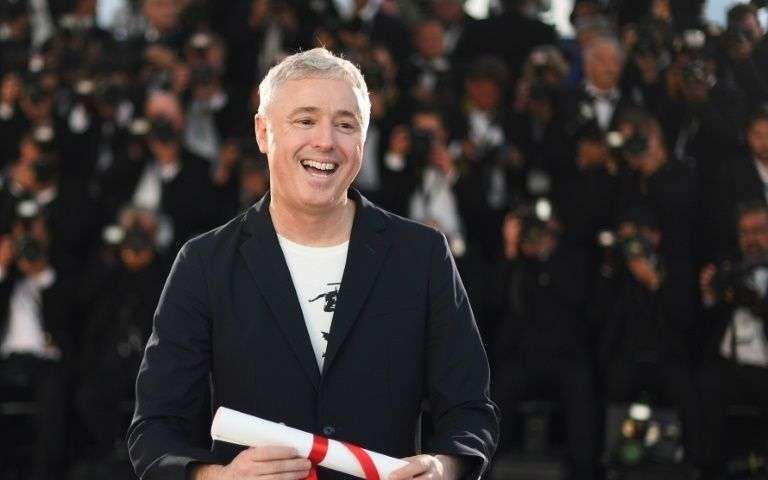 """Christophe Honoré signe une histoire d'amour entre deux hommes dans les années 90 sur fond d'épidémie de sida, une manière de """"faire revivre sa jeunesse"""". (crédit photo : AFP)"""