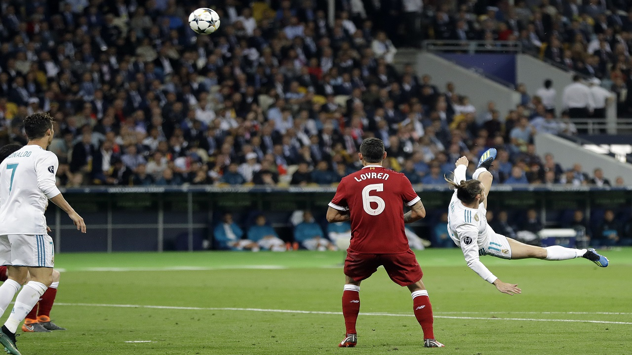 Real Madrid's Gareth Bale, right, scores his side's second goal during the Champions League Final football match between Real Madrid and Liverpool at the Olimpiyskiy Stadium in Kiev, Ukraine, Saturday, May 26, 2018. (AP Photo/Sergei Grits)