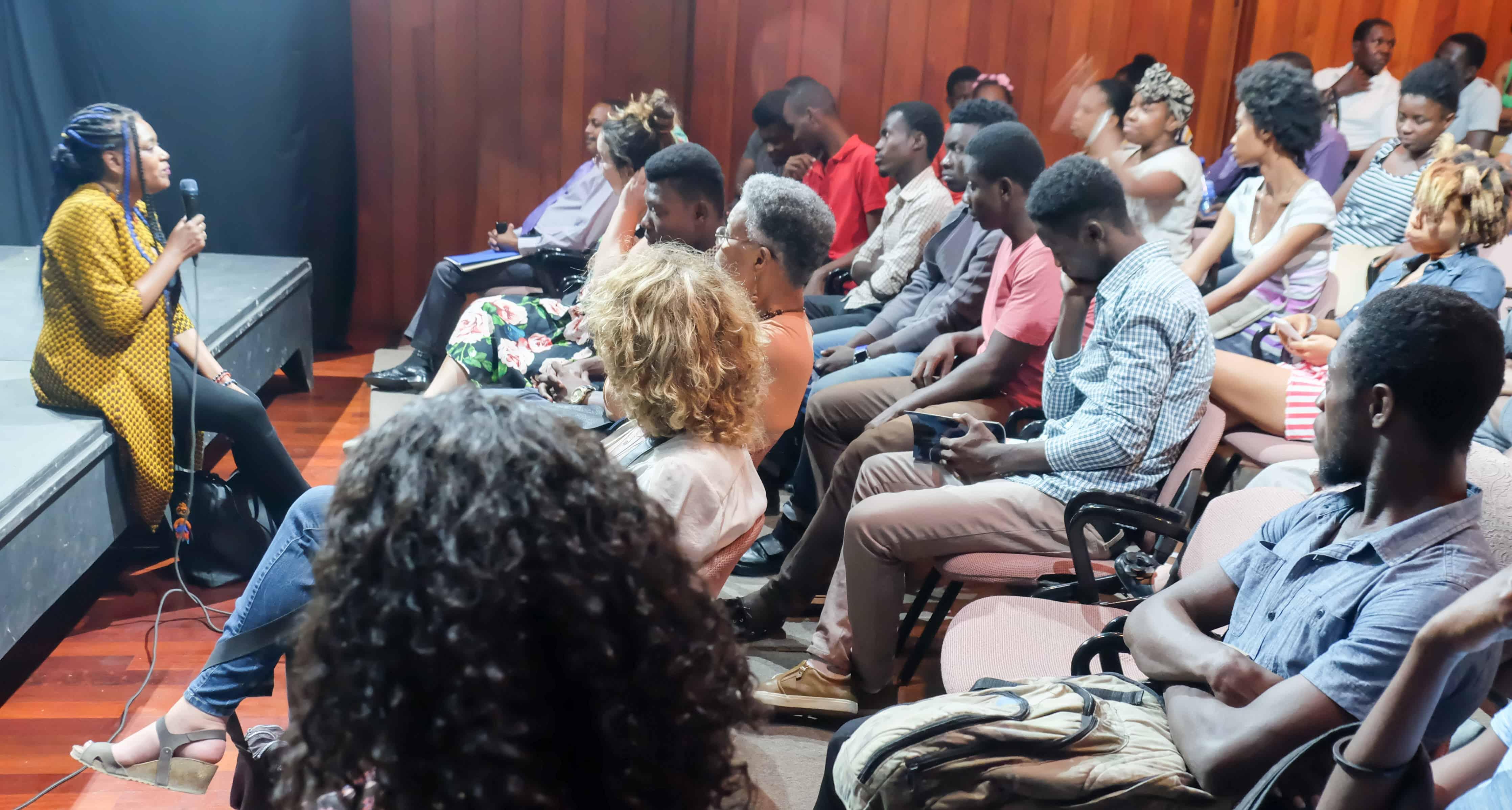Guetty Felin et le public discutant à la FOKAL après la projection de son dernier film «Ayiti mon amour».