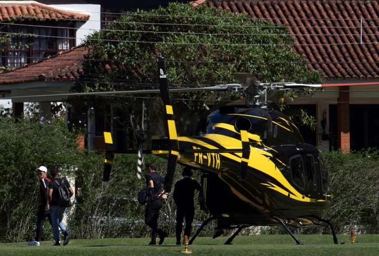 """Fidèle à son image """"bling-bling"""", le joueur le plus cher de l'histoire du football est arrivé en hélicoptère, peu avant midi, en compagnie de Thiago Silva, son coéquipier au Paris SG, Douglas Costa et Renato Augusto. (crédit photo : AFP)"""
