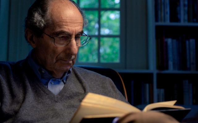 """Philippe Roth mort mardi à l'âge de 85 ans est un écrivain aux multiples récompenses (Pulitzer en 1998 pour """"Pastorale américaine"""", National Book Award en 1960 pour """"Goodbye, Columbus"""" et en 1995 pour """"le Théâtre de Sabbath"""") malgré le fait que le prix Nobel lui a toujours échappé. (crédit photo : AFP)"""