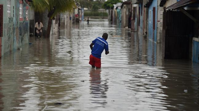 Une rue inondée après le passage de l'ouragan Matthew à Cité Soleil, en Haiti, le 4 octobre 2016. / AFP