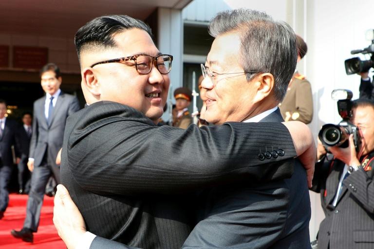 Les deux dirigeants se sont entretenus durant deux heures dans le village de Panmunjon, où ils s'étaient déjà rencontrés le 27 avril et avaient publié une déclaration commune dans laquelle ils s'engageaient à améliorer leurs relations. (crédit photo : AFP)