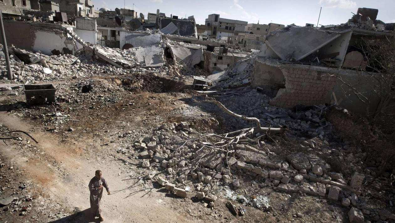 La ville de Saraqeb, frappée par un bombardement, le 9 septembre 2013. | GIOVANNI DIFFIDENTI / AFP