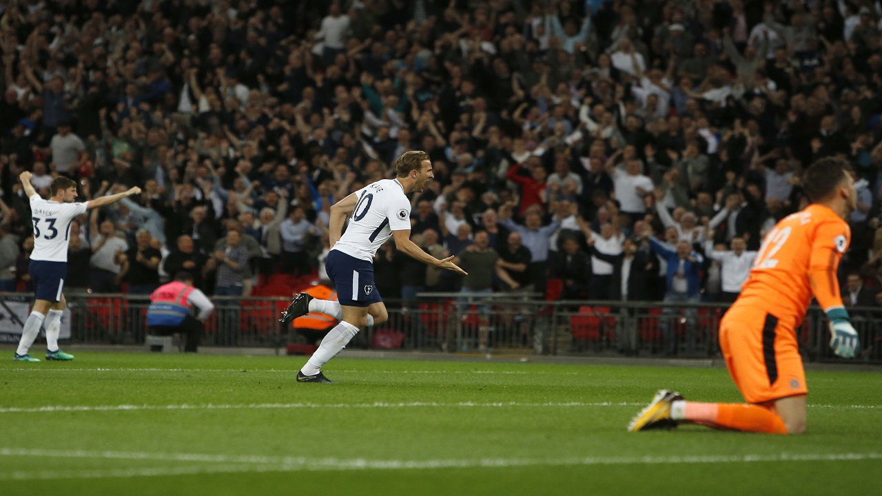Tottenham Hotspur's Harry Kane, centre, celebrates scoring his side's first goal passing Newcastle goalkeeper Martin Dubravka, right, during their English Premier League football match at Wembley Stadium, in London, England, Wednesday, May 9, 2018.