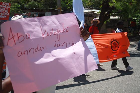 « A bas les violeurs dans les usines ! », message qui est inscrit sur la pancarte./ @AlterPresse