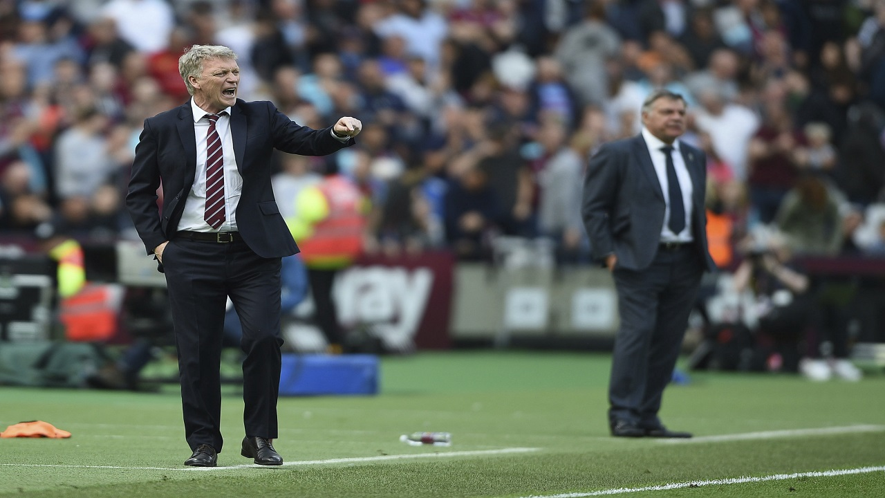 West Ham United manager David Moyes, left and Everton manager Sam Allardyce stand on the sideline, during their English Premier League football match, at the London Stadium, in London, Sunday May 13, 2018.  (PHOTO: AP)