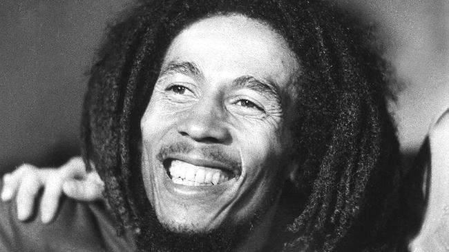 """Un biopic sur le chanteur jamaïcain Bob Marley est en préparation selon un projet auquel est associé son fils aîné, Ziggy. Personnage très charismatique, c'est Bob qui a popularisé le genre musical """"reggae"""" dans le monde entier. (crédit photo : AFP)"""