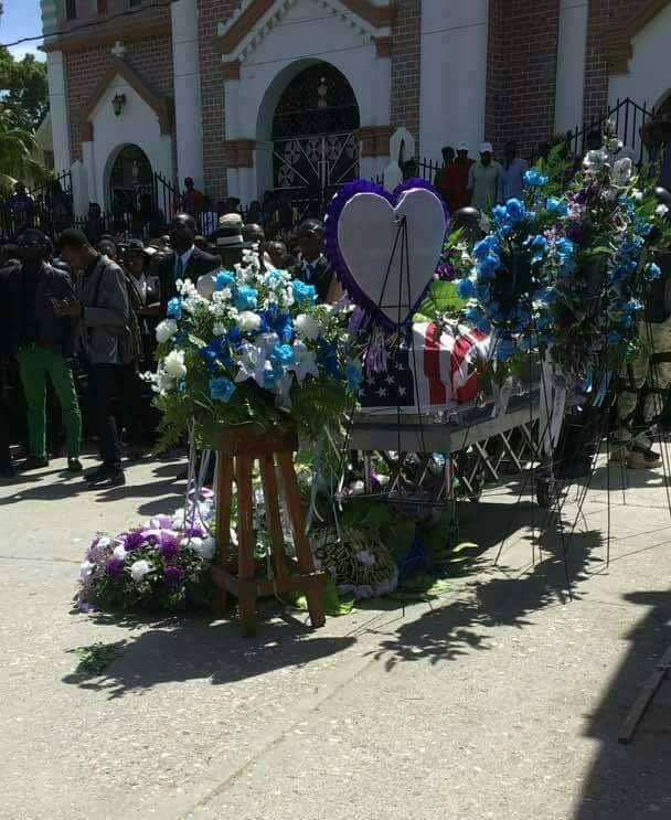 Voilà pourquoi un drapeau américain recouvrait le cercueil de Tony Vernio
