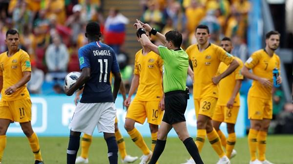 Un arbitre accordant un penalty aux Français à l'aide de la vidéo assistance. Photo de breakingnews.ie