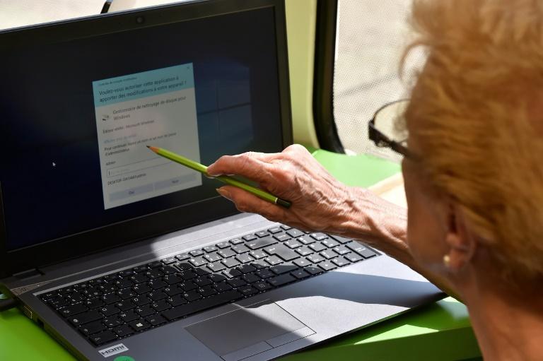 """Environ 23% des Français ne sont """"pas à l'aise avec le numérique"""", déclarant ne jamais naviguer sur internet ou bien difficilement, selon une étude CSA sur l'""""illectronisme"""", l'illettrisme numérique"""