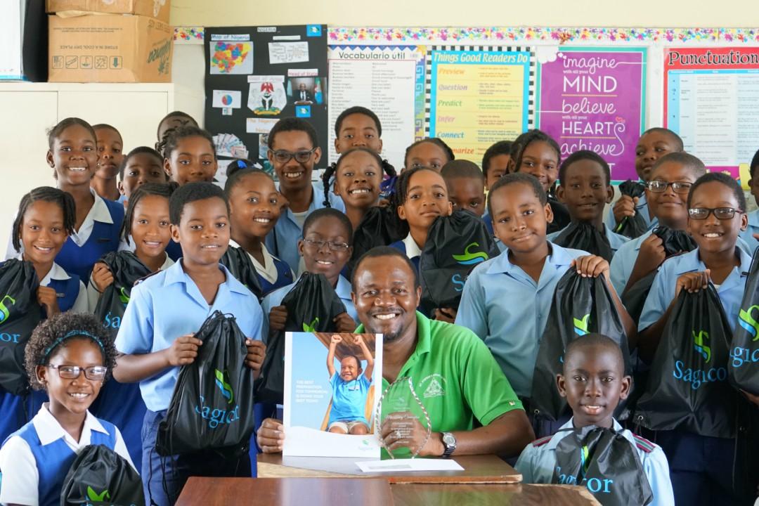 Teacher Terry Carrington of St. Stephen's Primary School with his prizes and the hard-working students of Class 4-1.