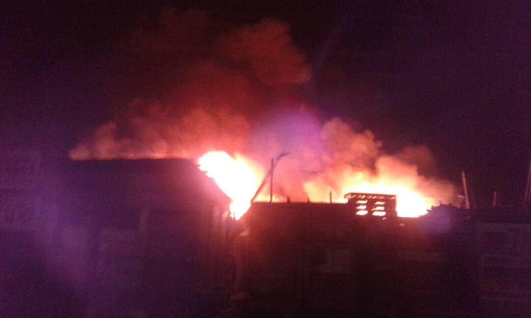 URGENT: Incendie au marché  Bwa, les pompiers réclament de l'aide