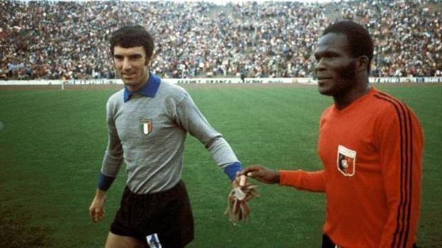 Le gardien italien Dino Zoff et l'attaquant haïtien Emmanuel Sanon.