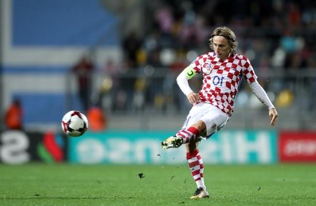 Alors âgé de six ans, Luka Modric fuit avec sa famille à 40 kilomètres, dans la ville côtière de Zadar. C'est là, dans le fracas des bombes qui s'abattent sur le petit port, que va éclore l'un des plus grands talents contemporains du football européen, qui deviendra capitaine de la Croatie. (crédit photo ; AFP)