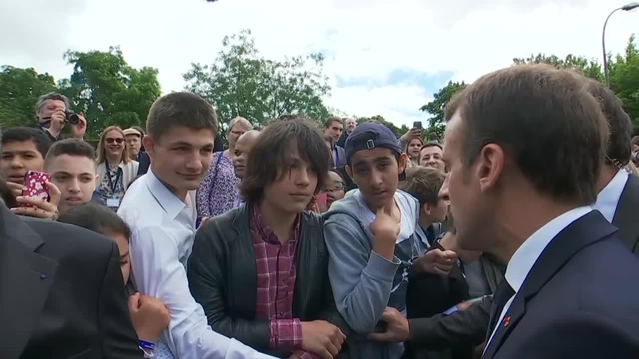 """Le Président Emmanuel Macron en train de recadrer un jeune qui l'avait appelé """"Manu"""" / Photo: LCI"""