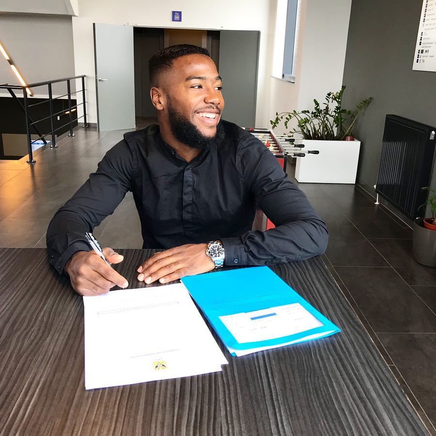 L'attaquant Haïtien au moment de signer avec STVV