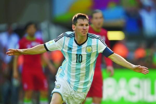 """Lors d'un entretien avec une journaliste de l'AFP, le médecin affirme avoir dit à Messi: """"Ne t'inquiète pas, tu seras plus grand que Maradona, je ne sais pas si tu seras meilleur, mais plus grand, si"""". Maradona mesure 1m65. (crédit photo : PEDRO UGARTE/AFP)"""