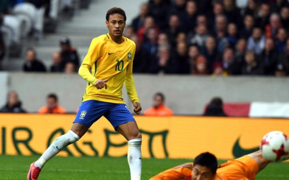 """""""Il va de mieux en mieux chaque jour, il est de plus en plus rapide, de plus en plus agile, c'est de plus en plus difficile de défendre sur lui"""", a déclaré le défenseur de Manchester City, depuis Londres où se prépare la Seleçao. (crédit photo : AFP)"""