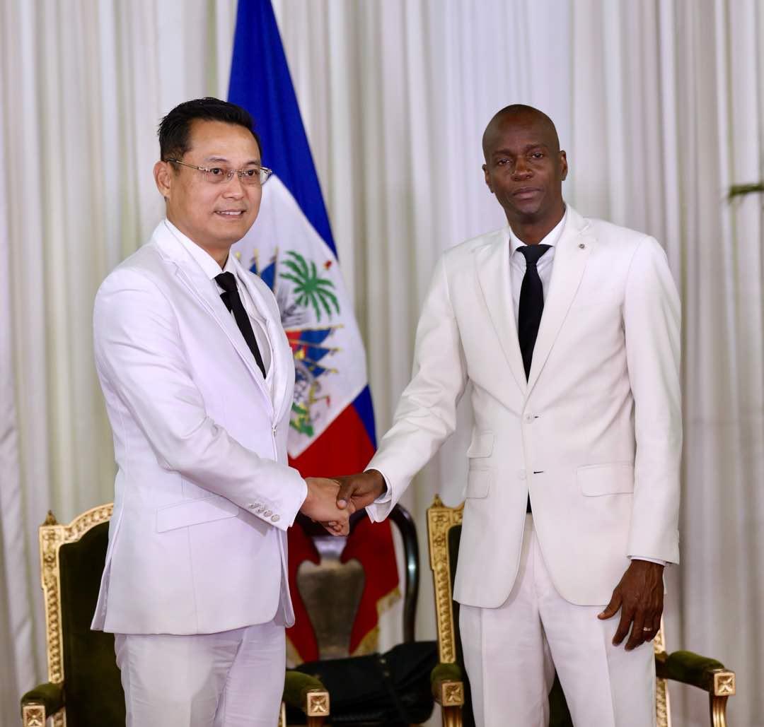 Nguyên Trung Thành, l'ambassadeur de Taiwan en Haiti et le président Jovenel Moise.   Crédit: Président Jovenel Moise/Twitter