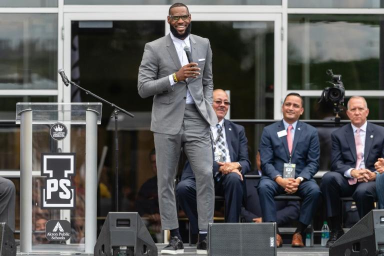 La recrue star des Los Angeles Lakers LeBron James et l'entraîneur de Cleveland Tyronn Lue, le 15 juillet 2018 à Las Vegas après un match Summer League