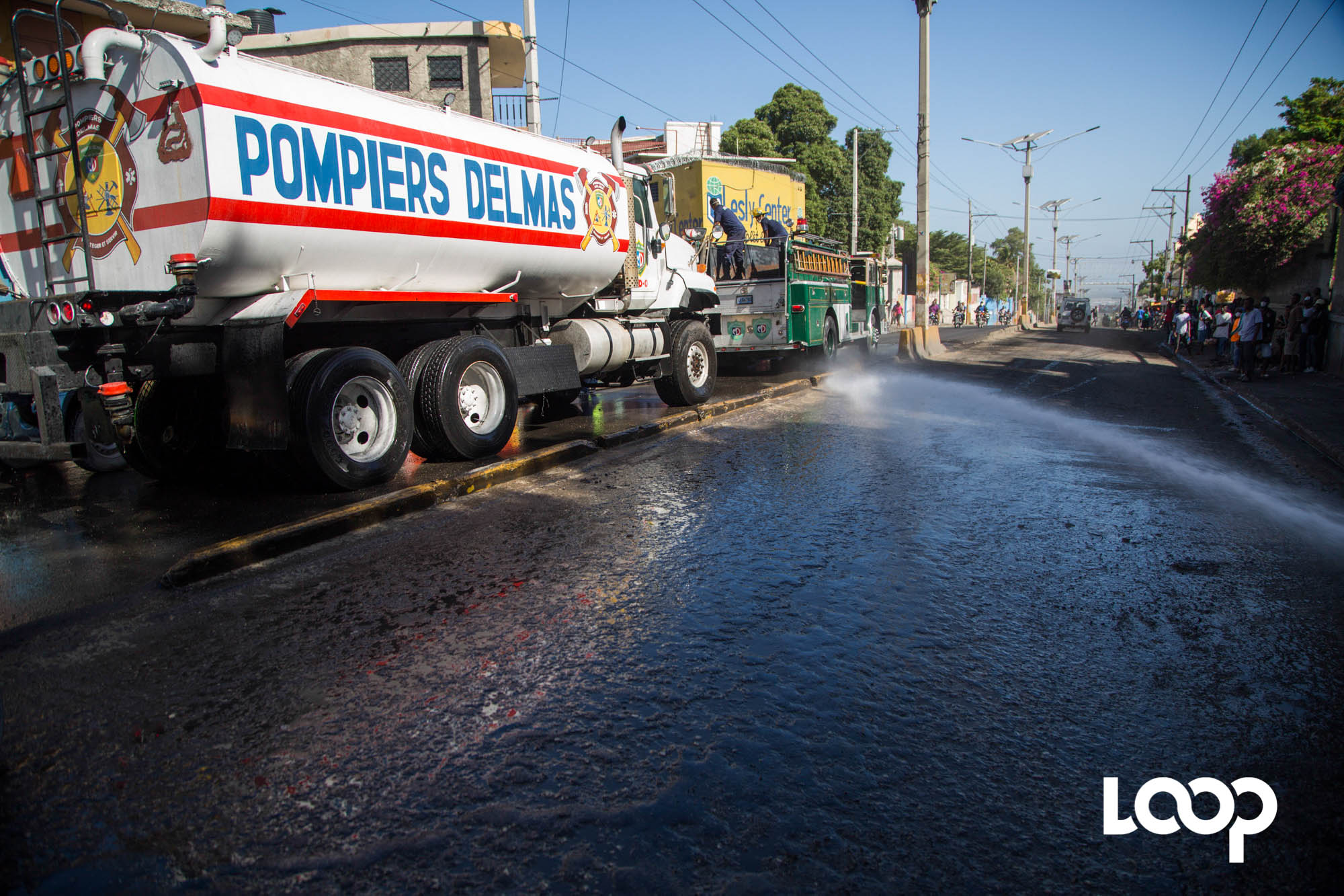 Les sapeurs-pompiers nettoyant les rues de Delmas après les émeutes / Photo: Estailove St-val / Loop Haiti
