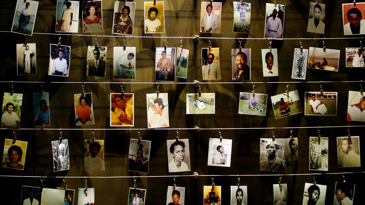 Photographies de victimes offertes par des survivants au Mémorial du génocide de 1994 à Kigali au Rwanda.  Photo : Reuters/Radu Sigheti (Photo de l'année 2004)