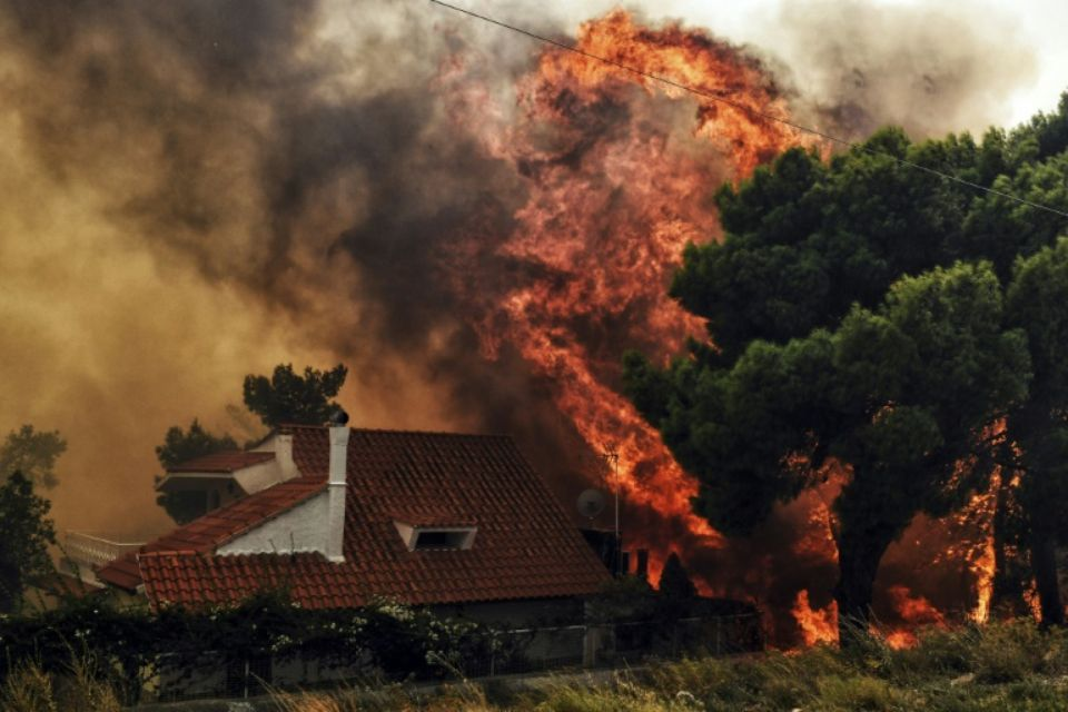 Une maison menacée par les flammes à Kineta près d'Athènes le 23 juillet 2018